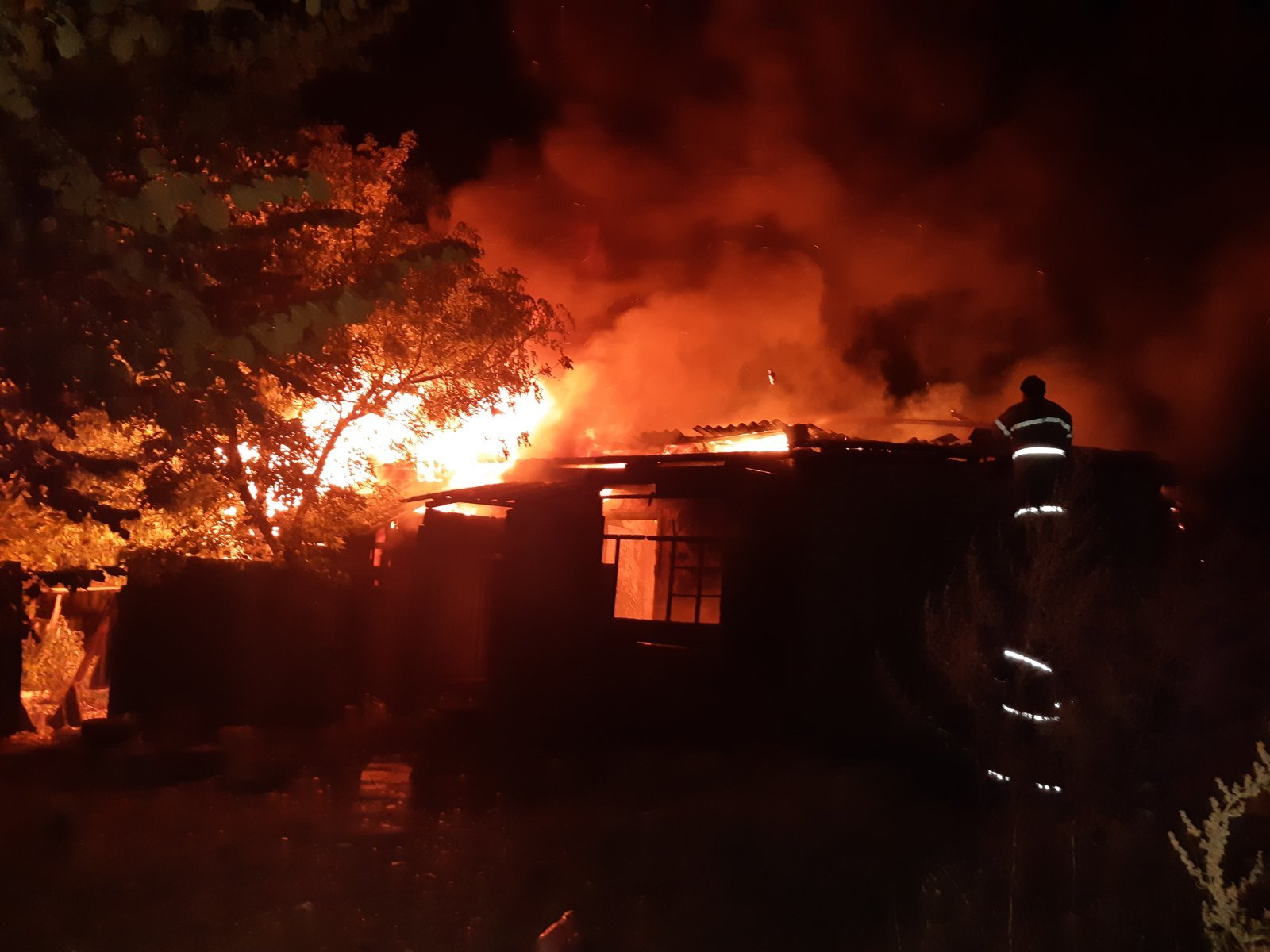 На Харьковщине обнаружили в сгоревшем доме тело неизвестного человека (фото)