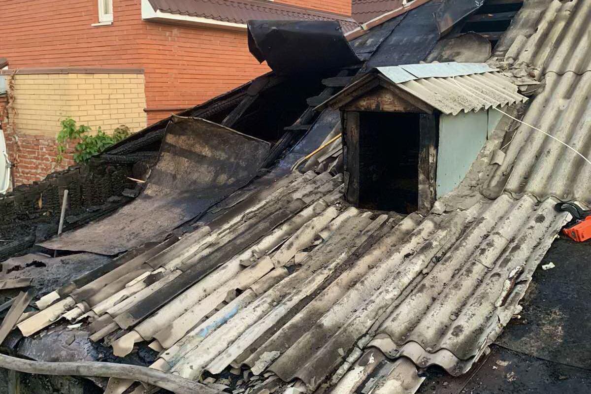 В Харькове сгорели пристройка к дому и его крыша (фото)