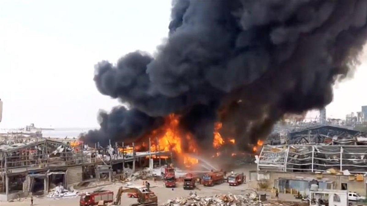 У порту Бейрута знову чутно вибухи, все навкруги охоплено полум'ям (відео)