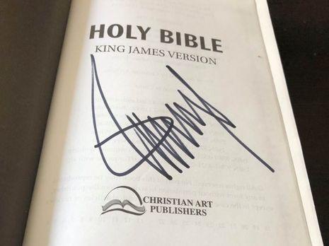 Библия с автофграфом Трампа: книгу хотят продать за 37,5 тыс. долларов