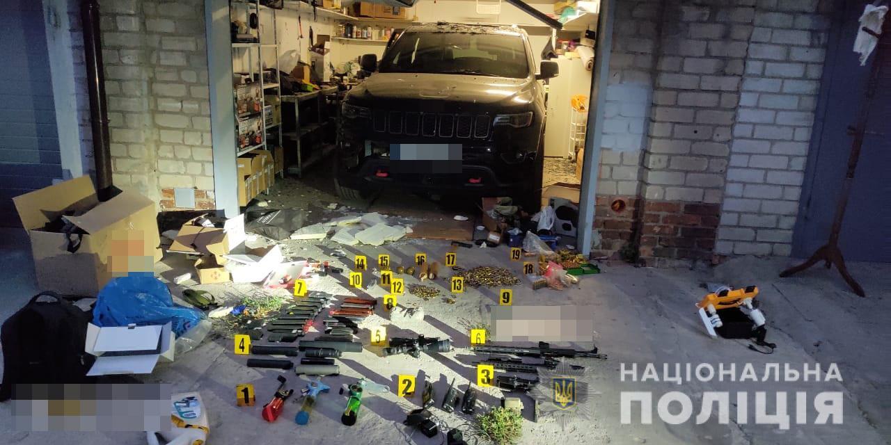В гараже на Алчевских, где совершено самоубийство, полиция нашла арсенал боеприпасов (фото)