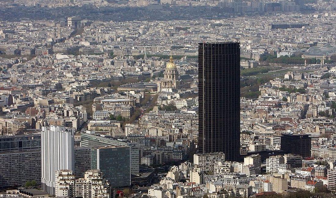 В Париже объявился очередной человек-паук: мужчина без страховки карабкался по башне Монпарнас (видео)