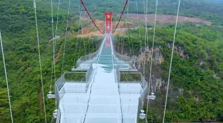 Китайцы построили стеклянный мост, который стал самым длинным в мире (фото, видео)