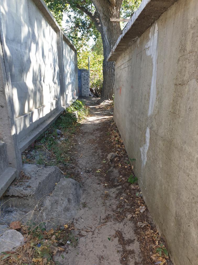 """""""На меня напал онанист"""": харьковчане жалуются на забор, который закрывает проход к их домам (фото)"""
