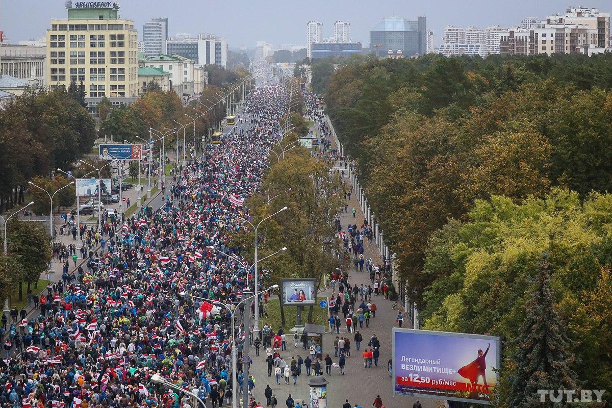 """50-й день протестов в Беларуси: около 100 тысяч человек пришли на """"народную инаугурацию Тихановской"""""""