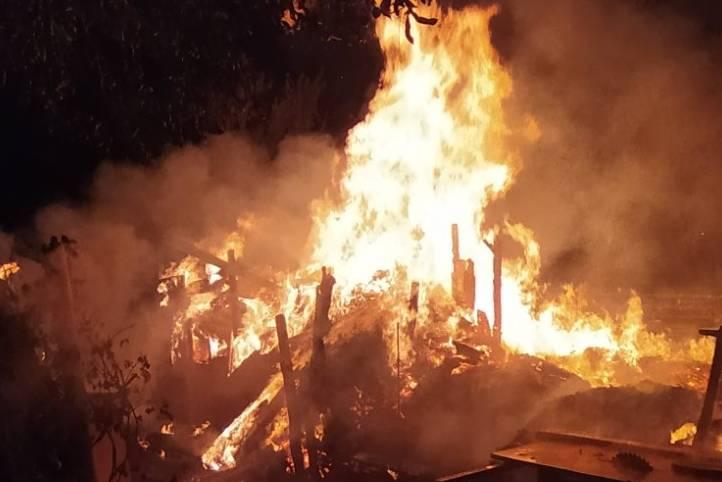 Спасатели потушили пожар на частном дворе в Харькове (фото)