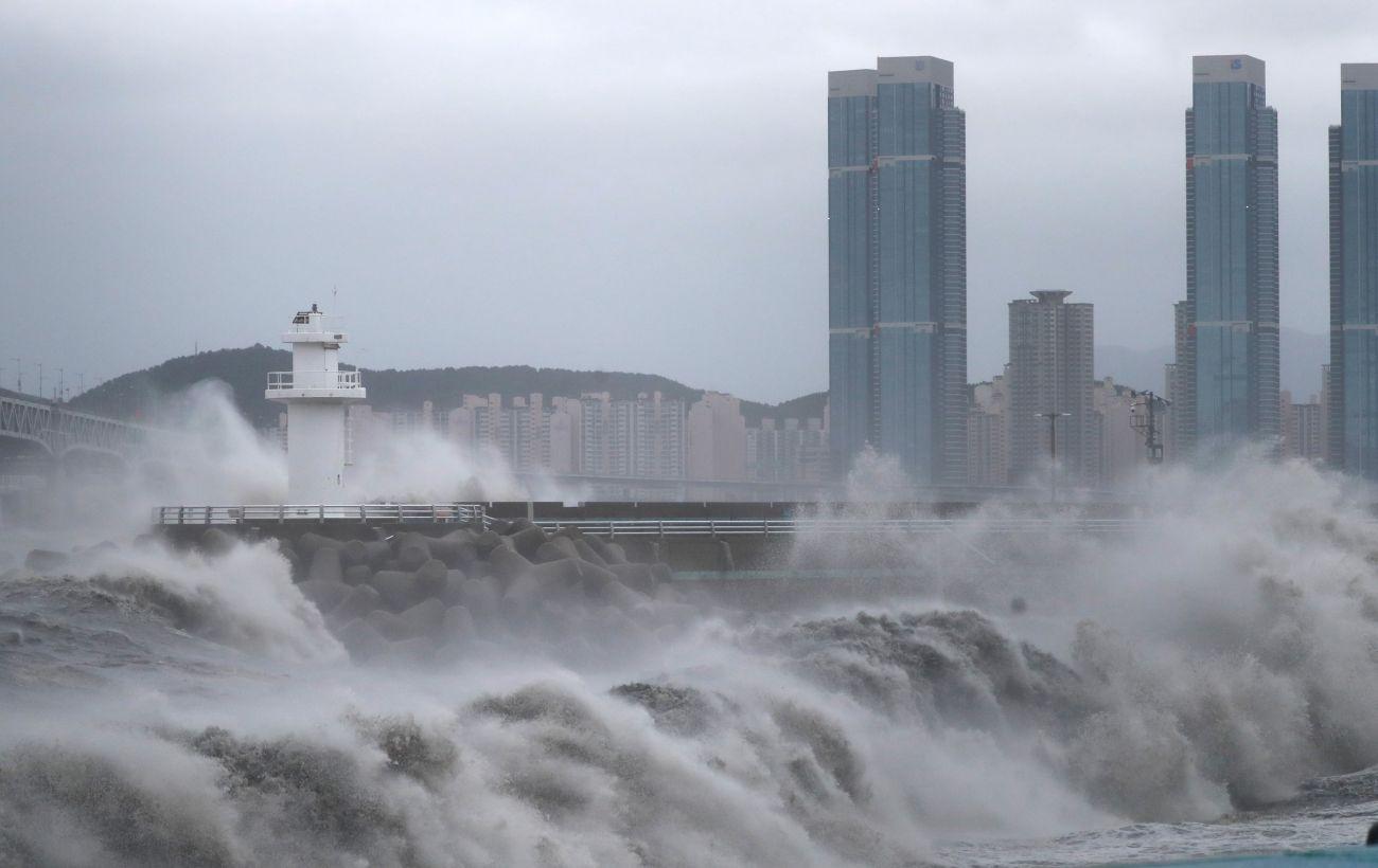 В Японії хазяйнує найбільший за пів сторіччя тайфун (фото)