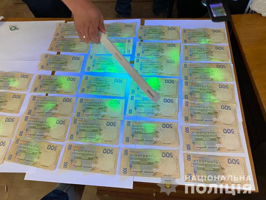 Двоих работников госпредприятия уличили в требовании взятки (фото)