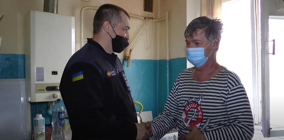 Харківський рятувальник виніс із полум'я свого сусіда (відео)