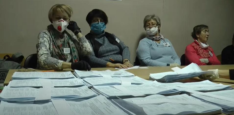 У Харкові за кілька хвилин до закриття на виборчу дільницю викликали поліцію (відео)