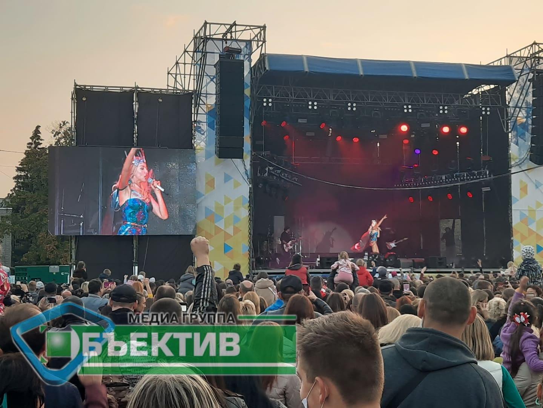 Оля Полякова в Новобаварском районе Харькова собрала стадион (фото, видео)