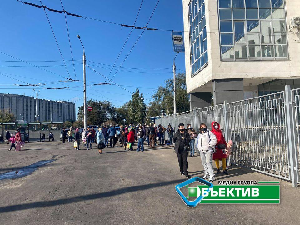 """На зупинці """"вулиця Університетська"""" перестали їздити тролейбуси через недотримання карантинних вимог (фото)"""
