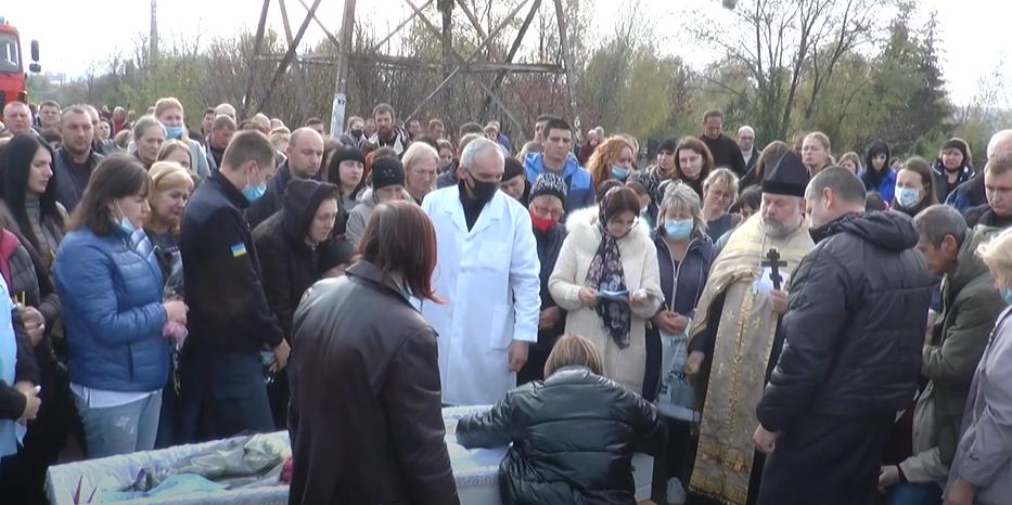 Загиблих у ДТП рятувальника та його доньку поховали, а винуватця ДТП суд відправив до СІЗО (відео)