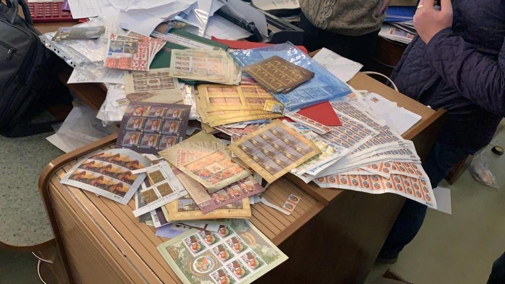 Двум членам всеукраинской банды мошенников, подделывающих почтовые марки, сообщено о подозрении (фото)