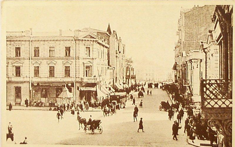 Дом № 8 по Театральной площади имеет № 10 по Сумской улице (на фото слева)