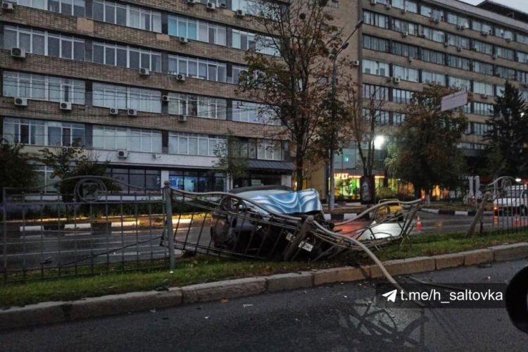 Автомобиль в центре Харькова попал в аварию и снес забор