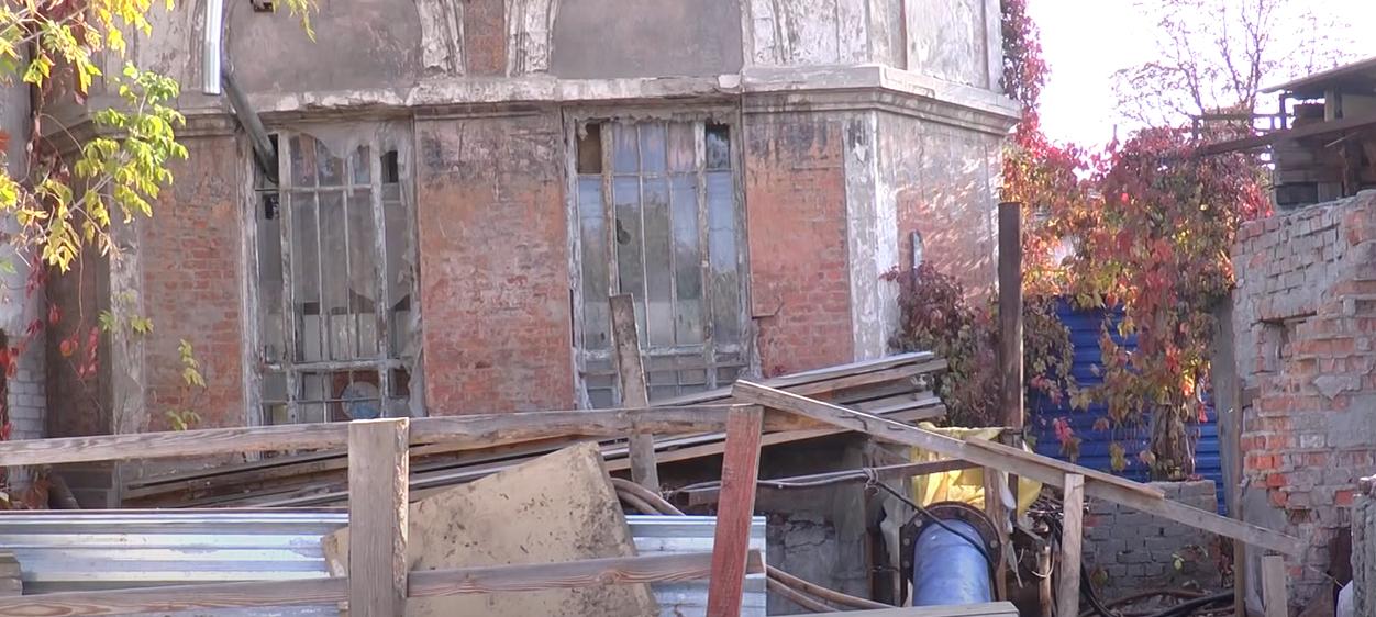 Вібрація та сморід: у Харкові майже 3 роки не ремонтують зруйнований колектор (відео)