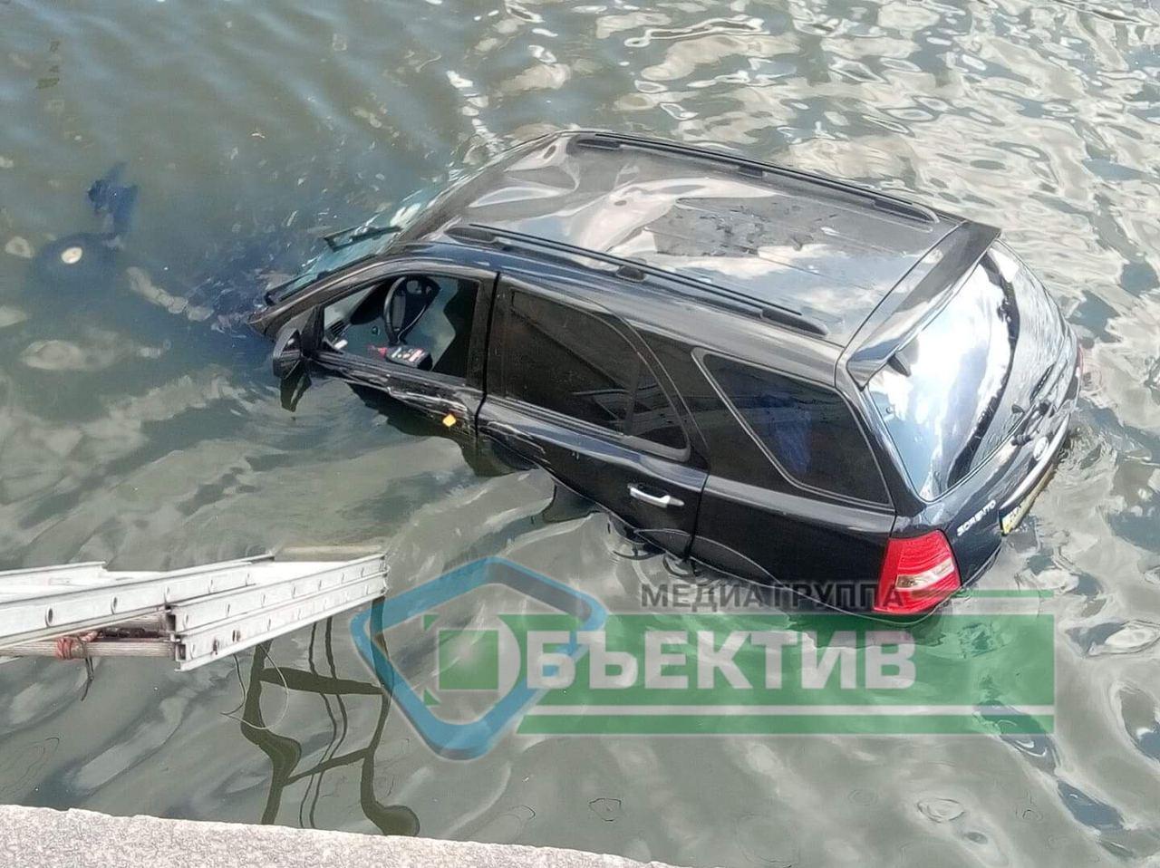 В Харькове автомобиль в результате ДТП упал в реку (видео, фото)