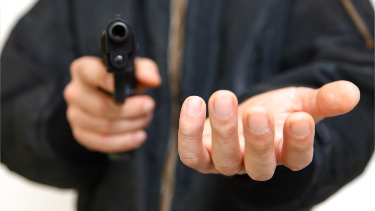 Полиция устанавливает личность мужчины, который совершил 2 разбойных нападения в Харькове (фото)