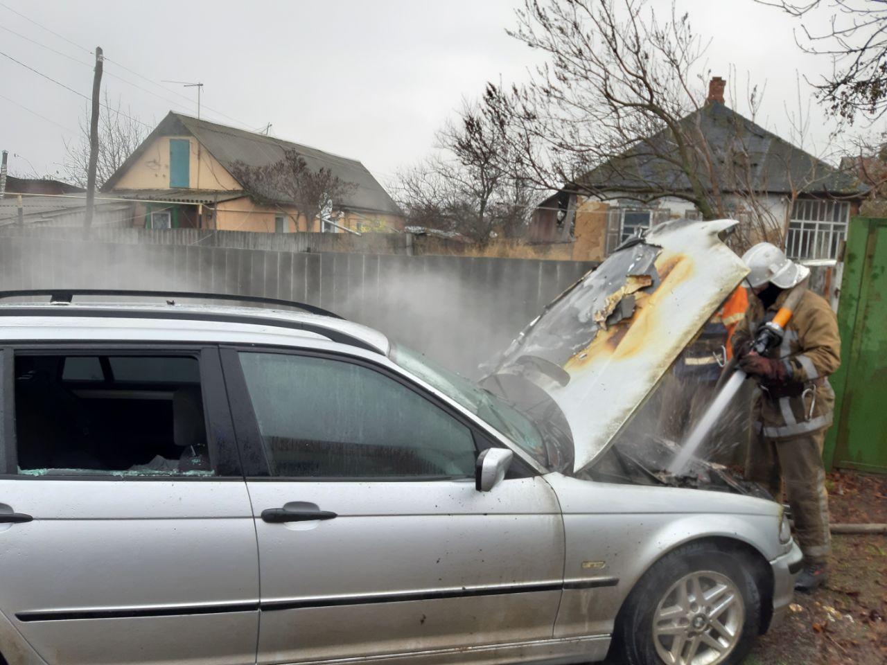 На Харьковщине возле жилого дома сгорел BMW (фото)