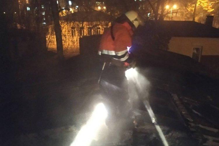 Возле жилого дома в Харькове подожгли постройку