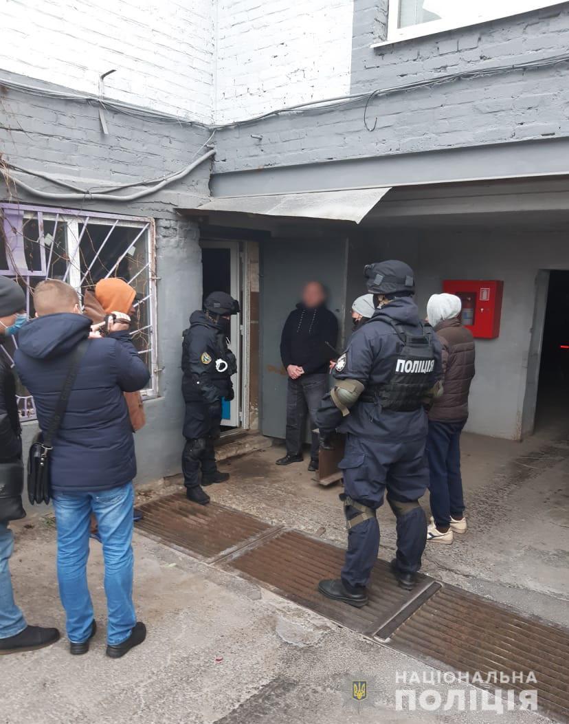 В гараже у харьковчанина обнаружен склад оружия и боеприпасов (фото)