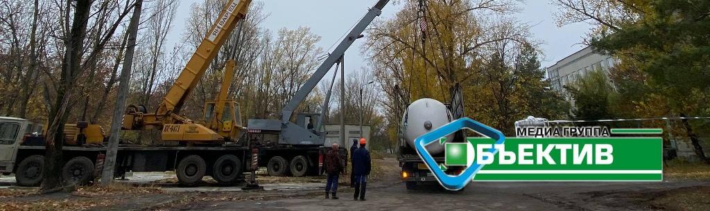 В Харьковскую областную инфекционную больницу привезли новый кислородный бак (фоторепортаж)