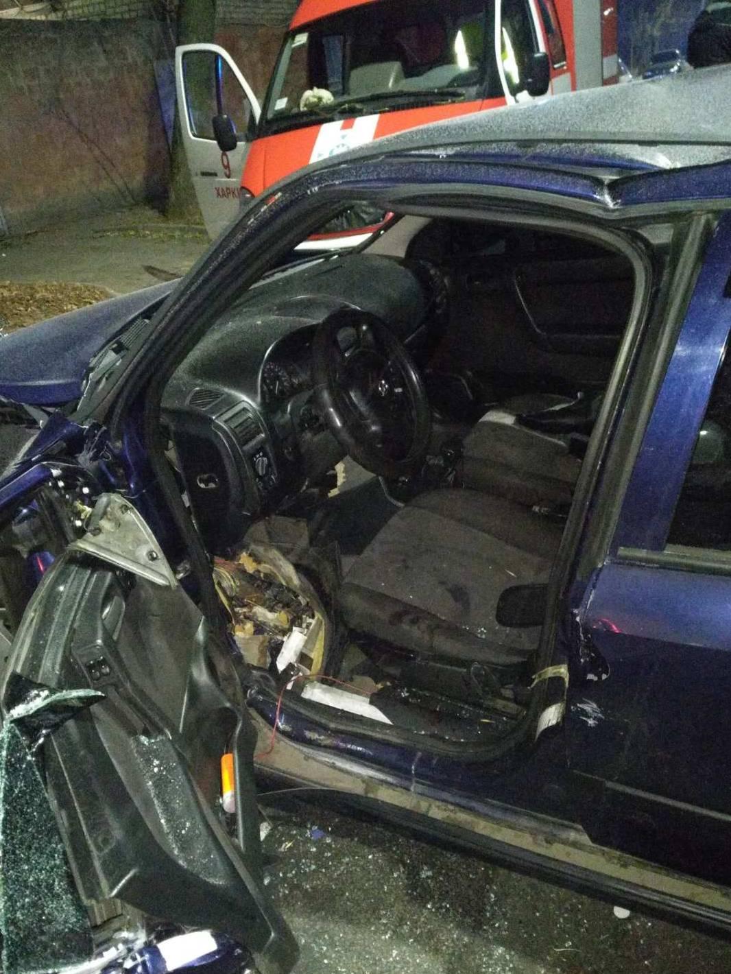 В Харькове спасатели деблокировали 24-летнего парня из покореженного авто (фото)