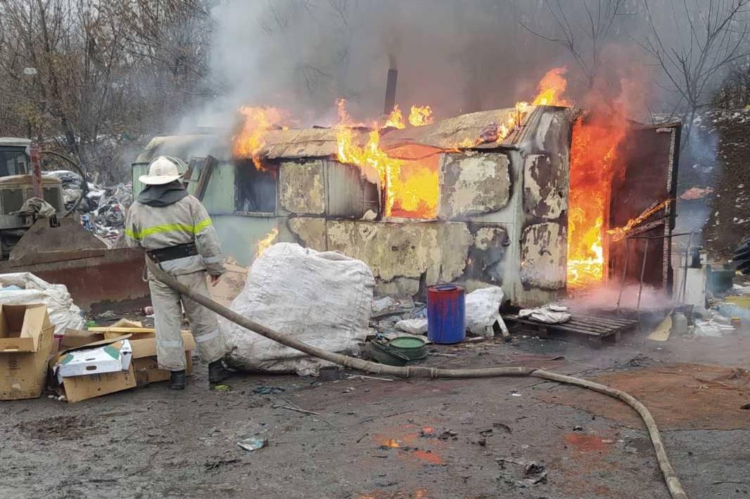 Бездомный, спасая от пожара свой вагончик на свалке, попал в больницу