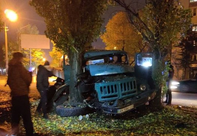 В Харькове пьяный водитель молоковоза протаранил три авто, пытался сбежать, но врезался в дерево (фото)
