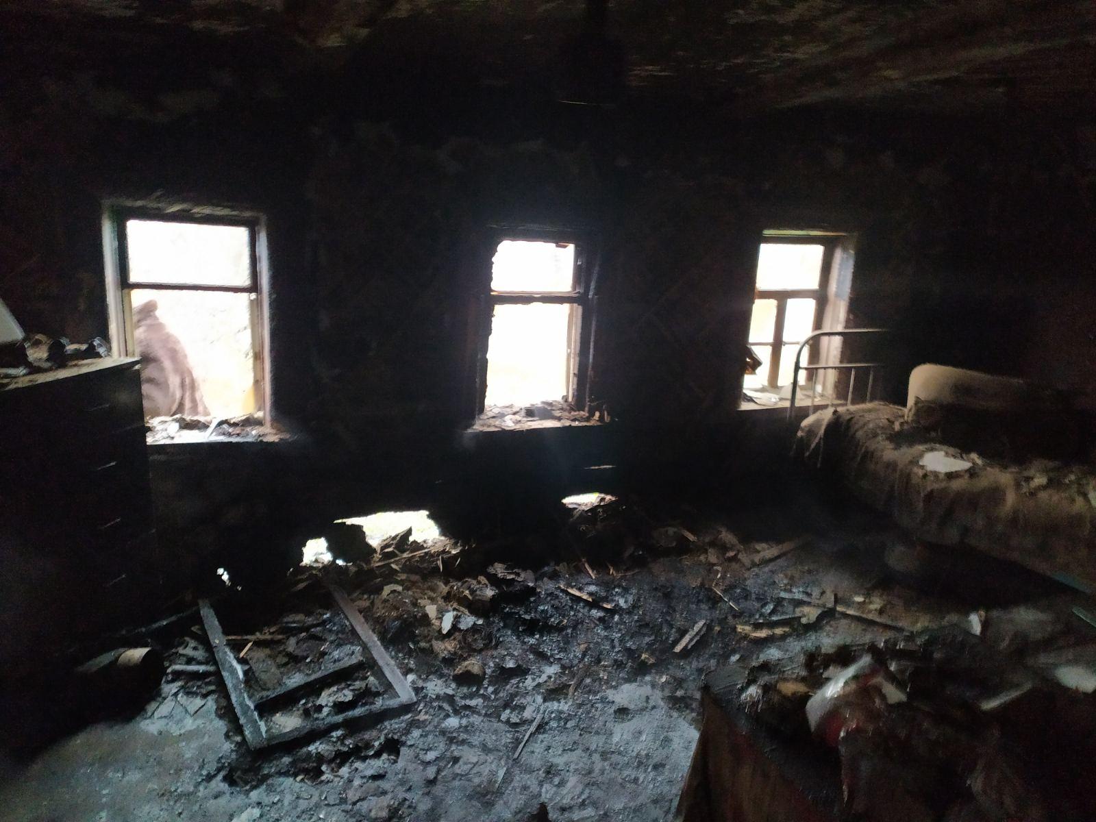 В Валках пожарные вытащили из горящего дома его владельца (фото)