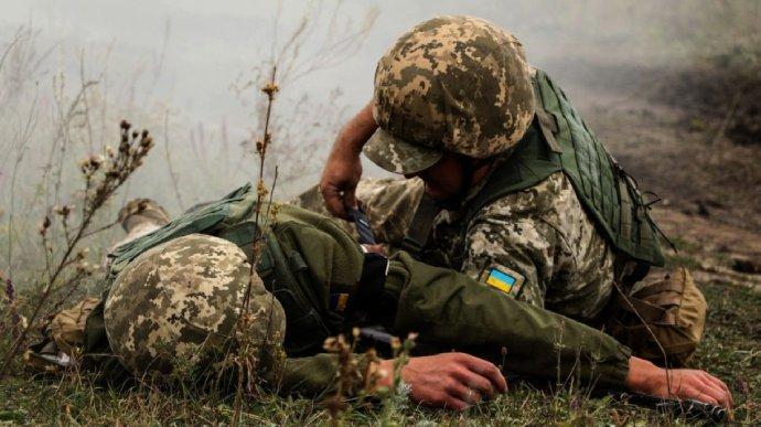 Боевики обстреляли Авдеевку: украинский боец получил осколочное ранение