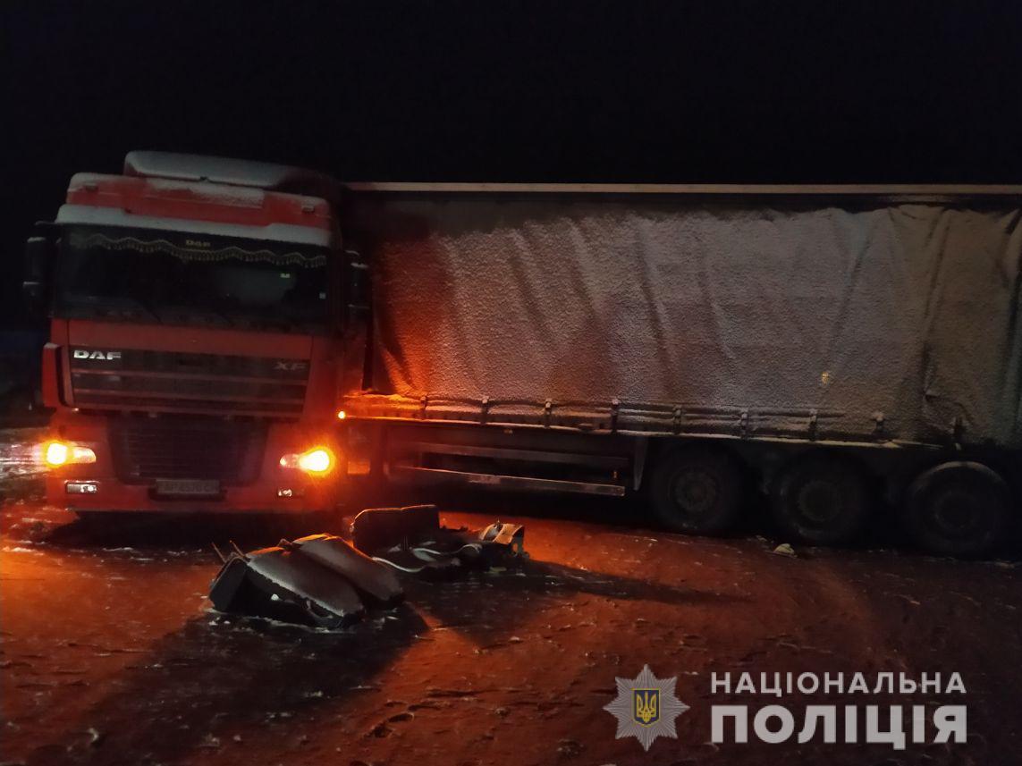 Полицейские выясняют обстоятельства ДТП с участием грузовика и микроавтобуса на Харьковщине (фото)