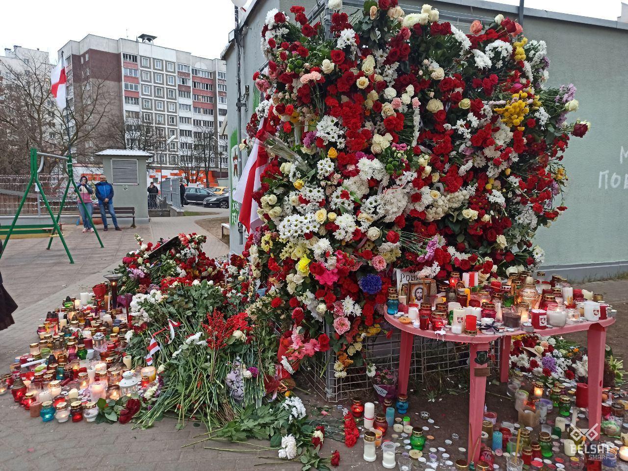 В Минске беларусы несут цветы и лампадки к мемориалу убитого Романа Бондаренко (фото)