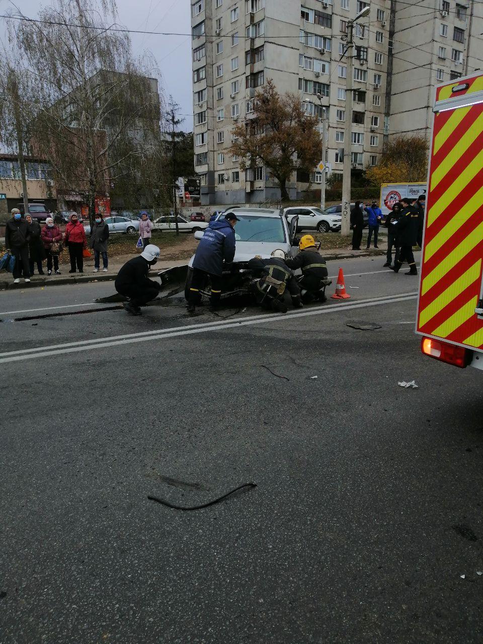 Харьковские спасатели деблокировали из покореженного в ДТП автомобиля водителя (фото)