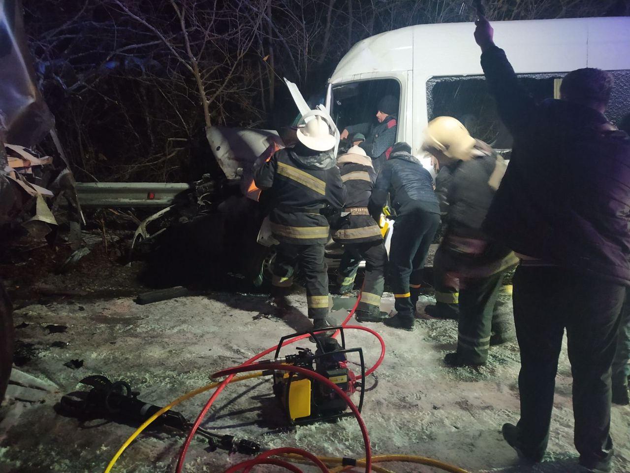 В Красноградском районе спасатели деблокировали из покореженного в ДТП автомобиля двух пострадавших (фото)
