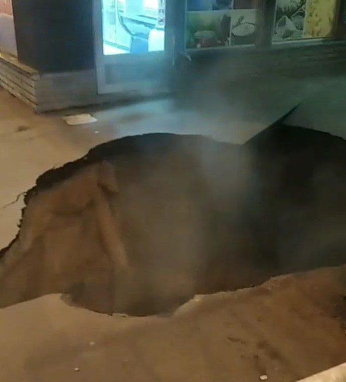 У Харкові провалився асфальт біля ринку (відео)