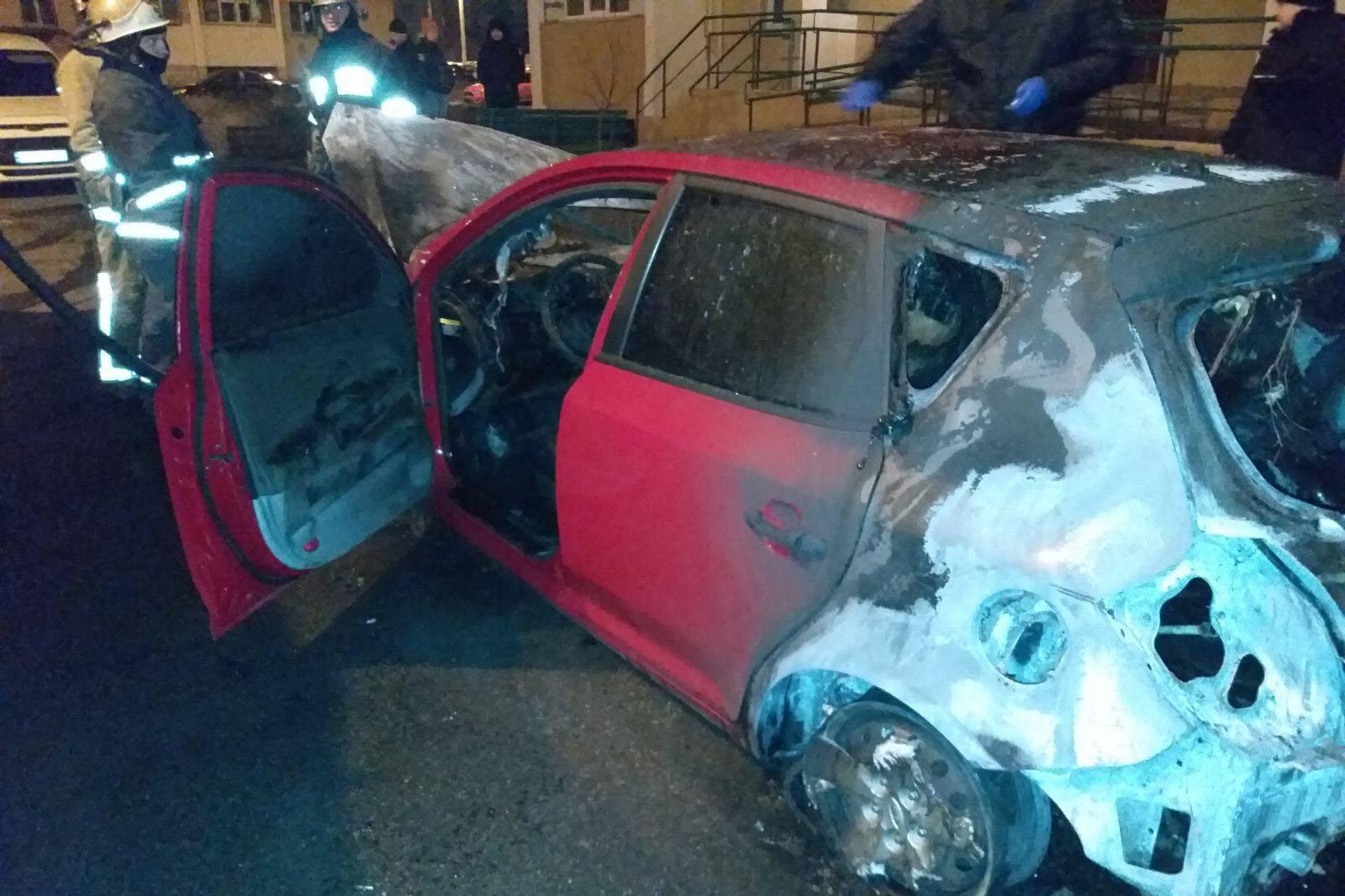 В Харькове сгорела очередная иномарка, припаркованная на ночь возле многоэтажки (фото)