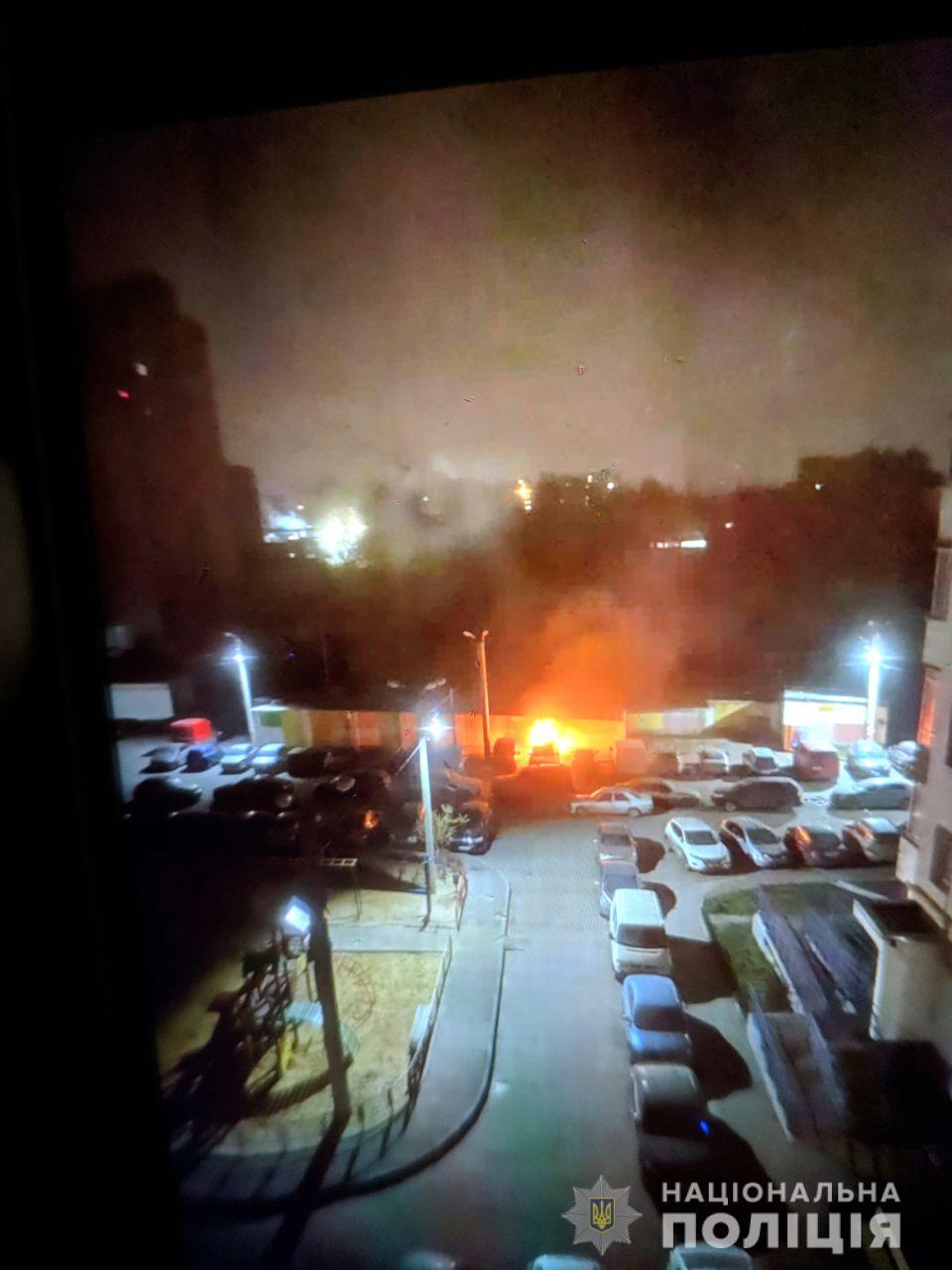 Возле многоэтажки в Харькове сгорели автомобили. Полиция не исключает поджог (фото)