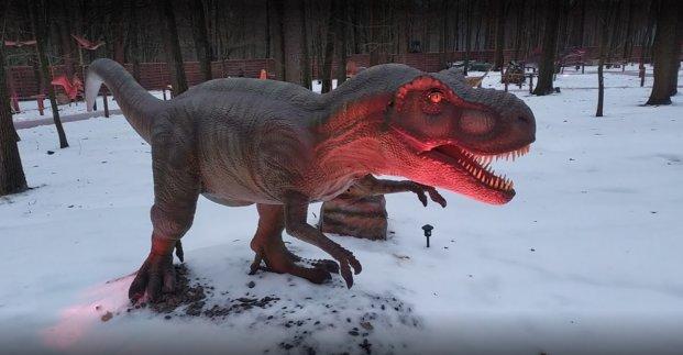 Рычат и машут хвостами. В Харькове открыли парк динозавров (фото)