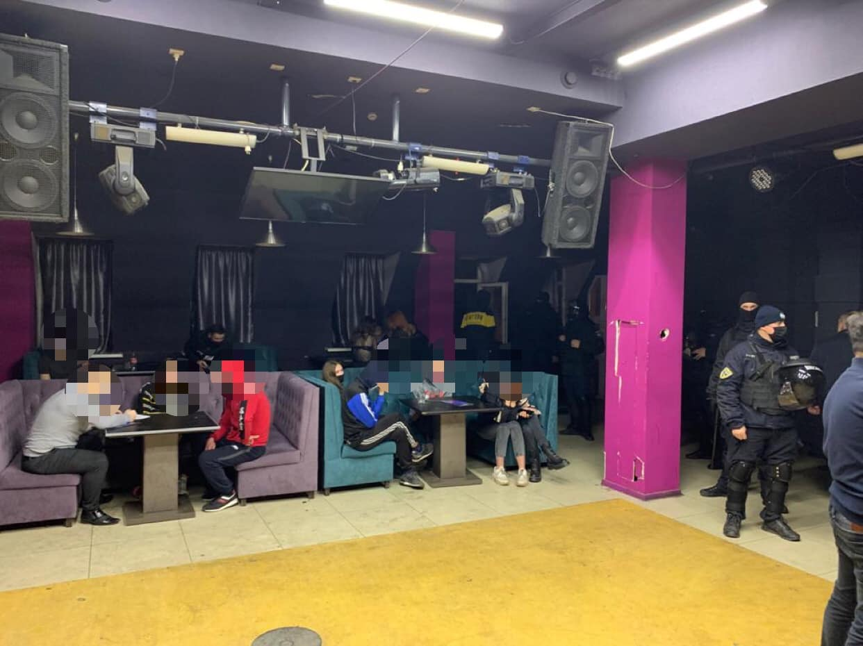 В ночном клубе Харькова после 22.00 находилось около ста посетителей без масок и пьяных (фото)