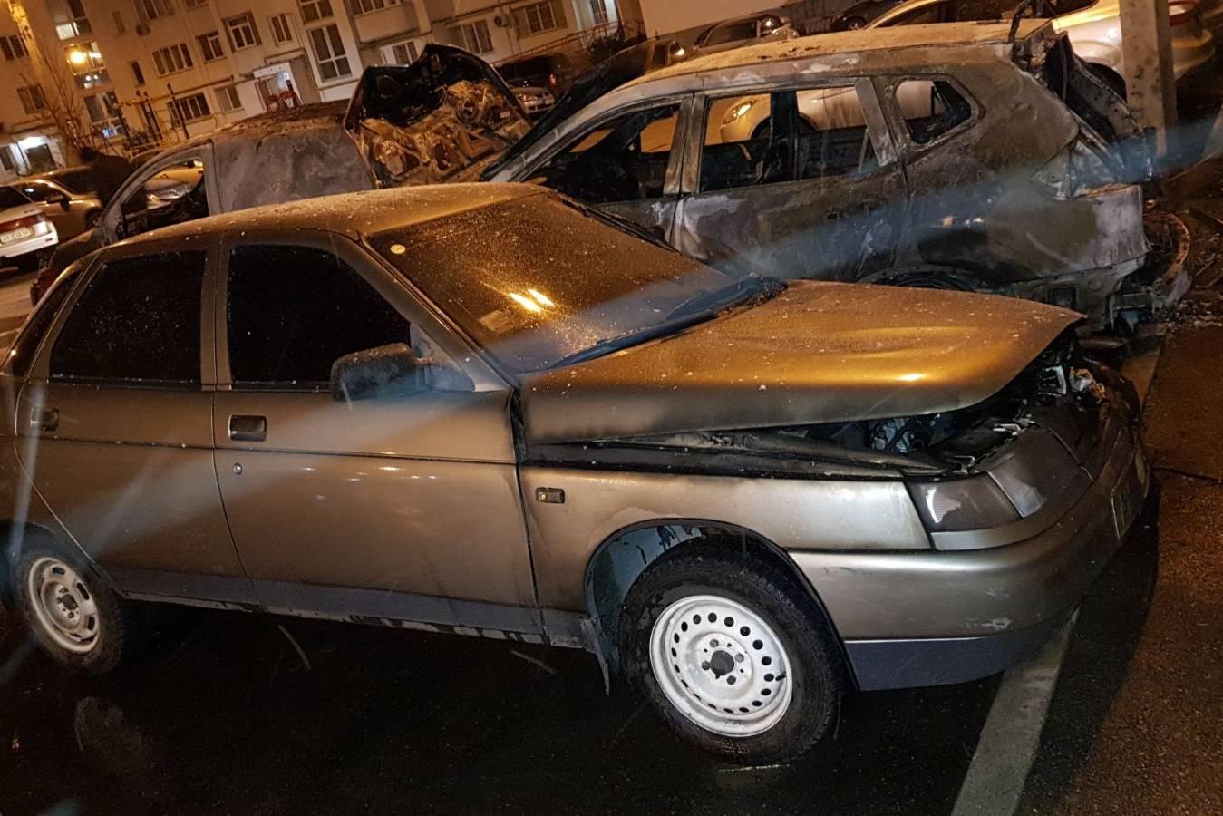 В Харькове во дворе многоэтажки сгорели три автомобиля и поврежден внедорожник (фото)