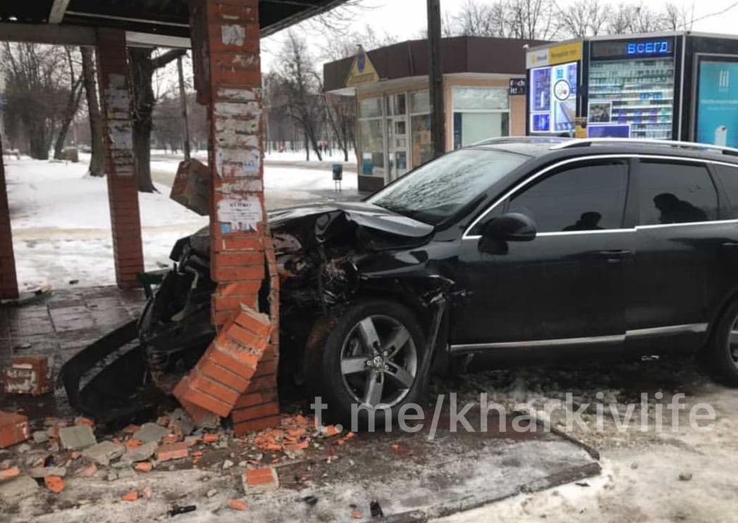 В Харькове внедорожник врезался в остановку общественного транспорта (фото)