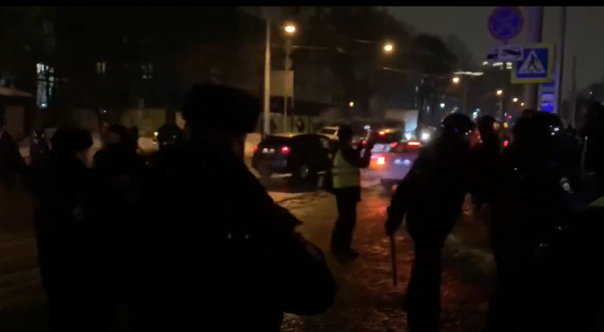 """Возле """"Матросской тишины"""", где сидит Навальный, разгоняют и задерживают протестантов (видео)"""