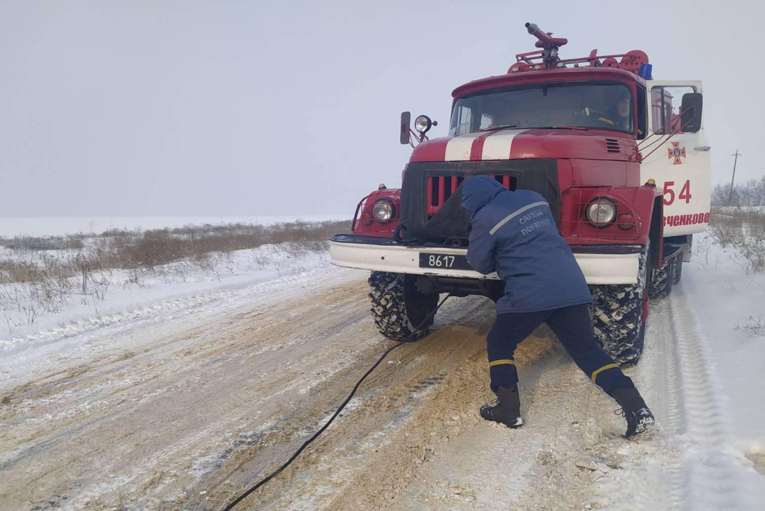 На Харьковщине спасатели вытаскивали из снежного заноса фуры (фото)