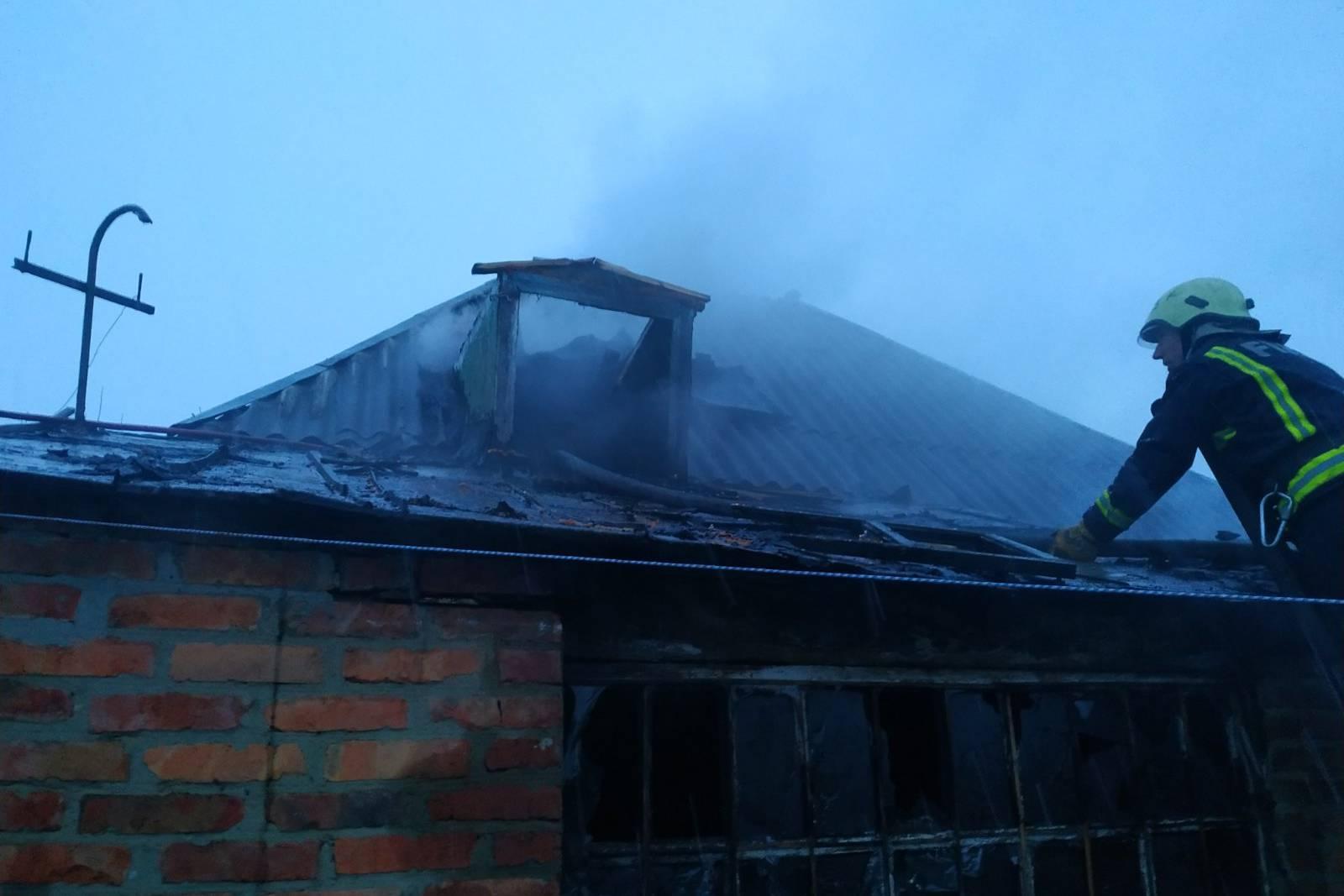 На Харьковщине из-за проводки загорелся дом (фото)