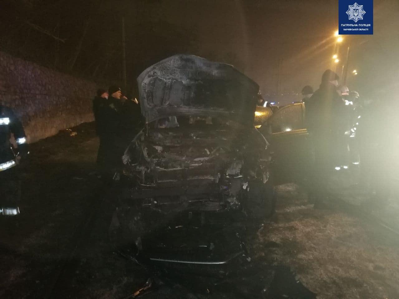 В Харькове дотла сгорела Toyota: в полиции сообщили подробности ДТП (обновлено, фото)