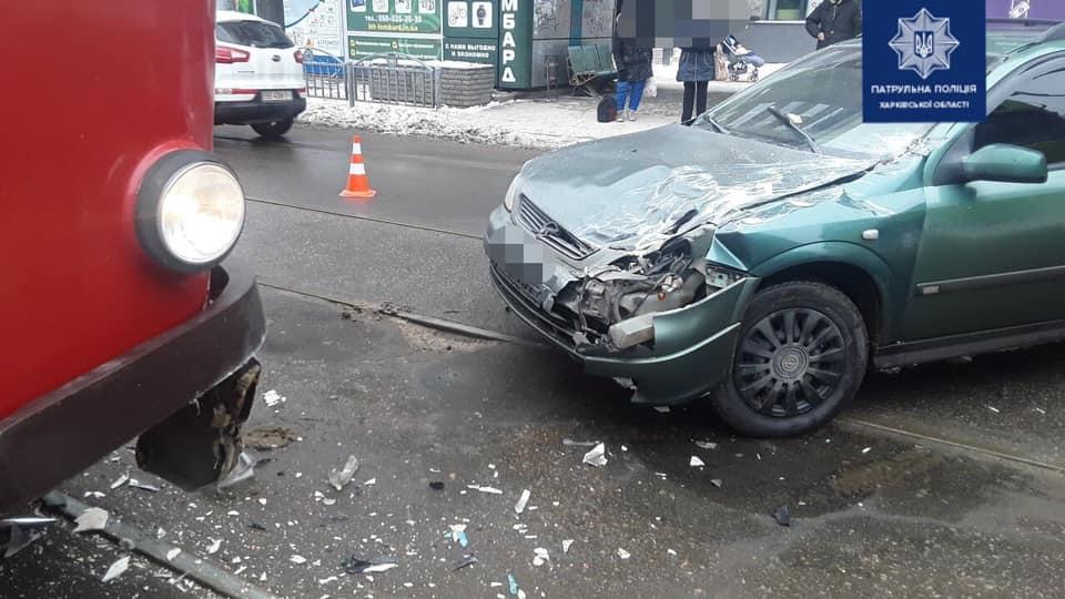 """В Харькове водитель под """"кайфом"""" протаранил трамвай"""