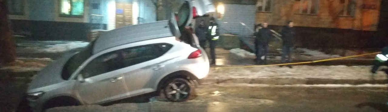 В Харькове машина провалилась под асфальт (фото)