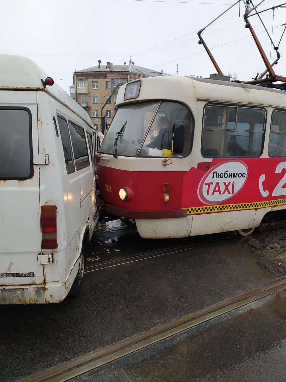В Харькове микроавтобус не пропустил вперед трамвай (фото)